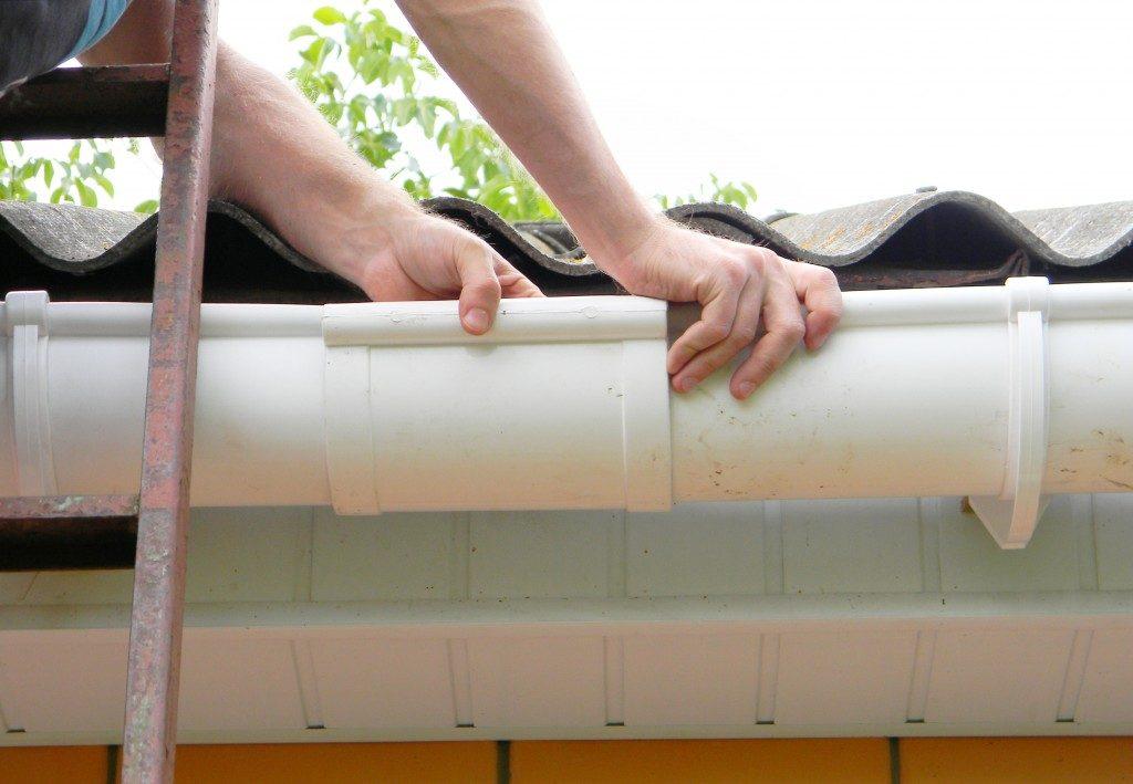 fixing roof gutter